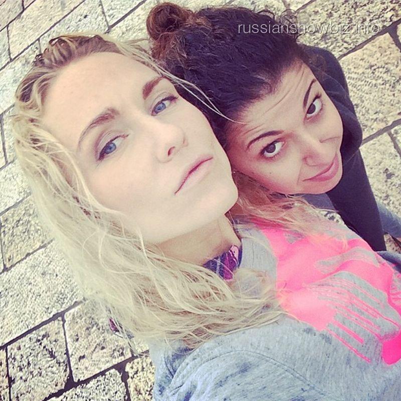 Катя Гордон с подругой у Стены Плача