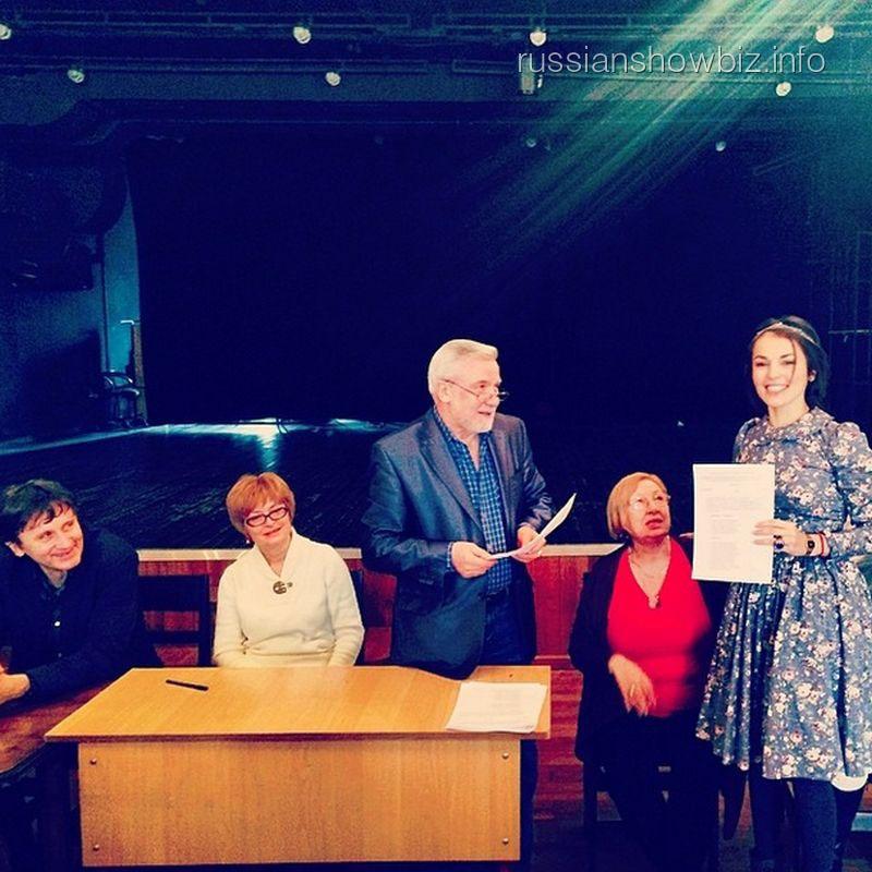 Сати Казанова получает диплом ГИТИСа