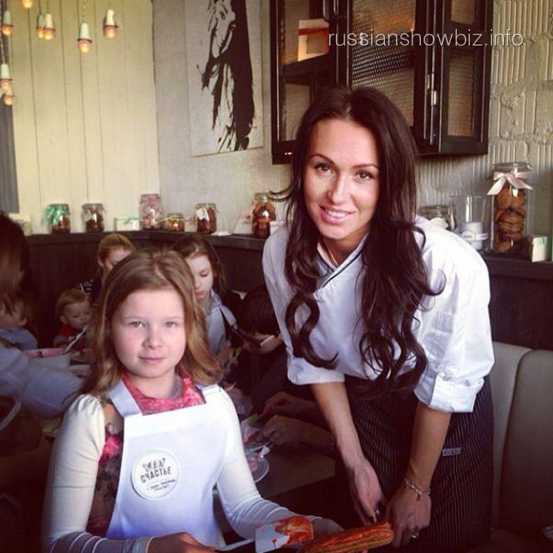 Екатерина Комякова с дочкой Вячеслава Малафеева Ксюшей
