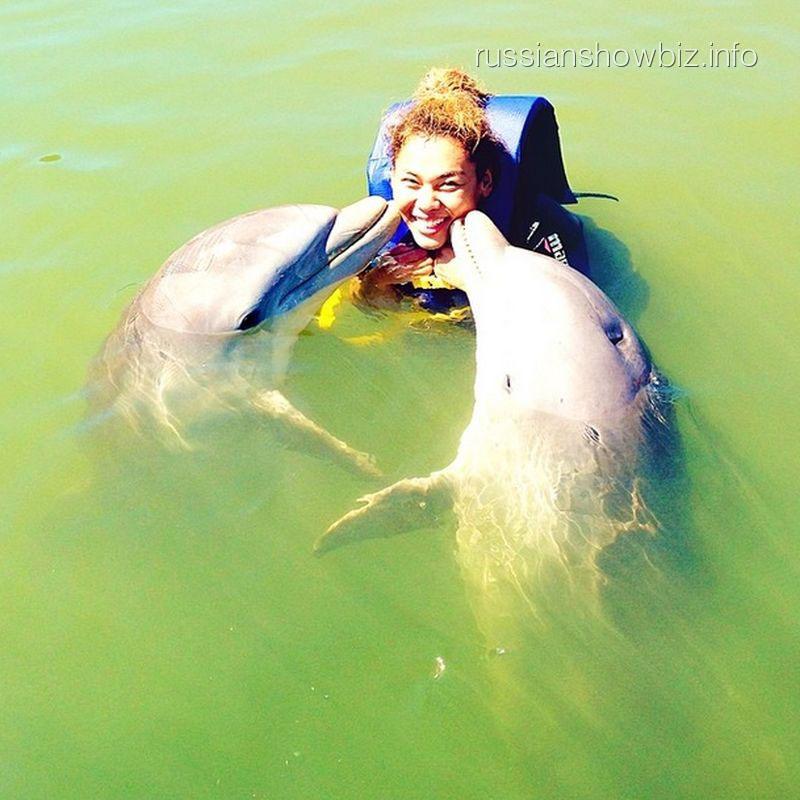 Корнелия Манго с дельфинами