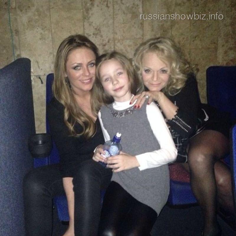 Юлия Началова с дочкой и Ларисой Долиной