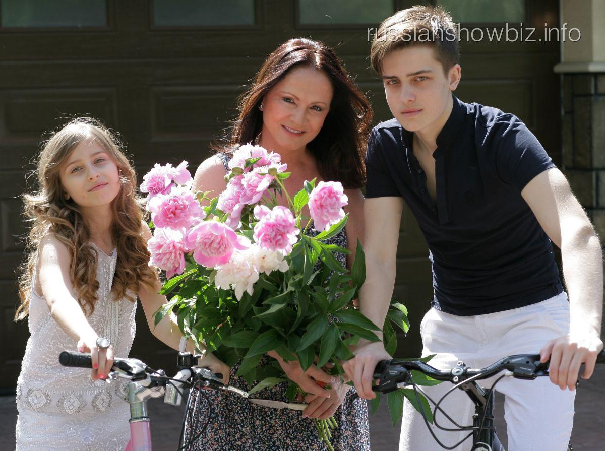 София Ротару с внуками