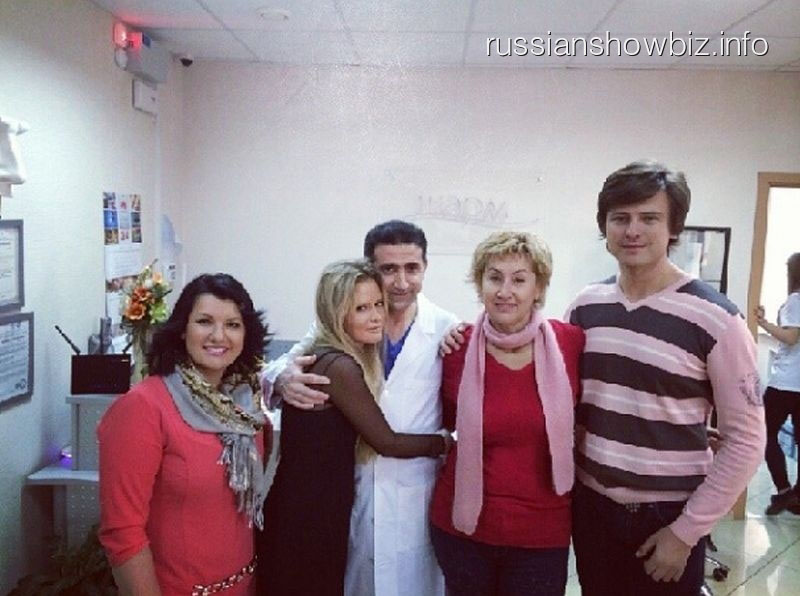 Лариса Копенкина с мужем и друзьями в клинике пластической хирургии