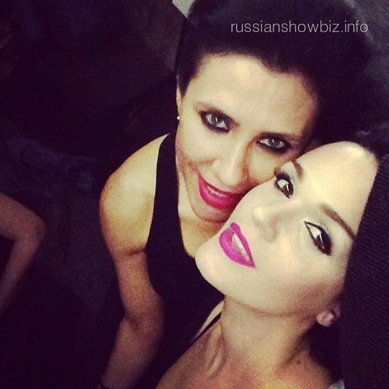 Певица Слава с сестрой