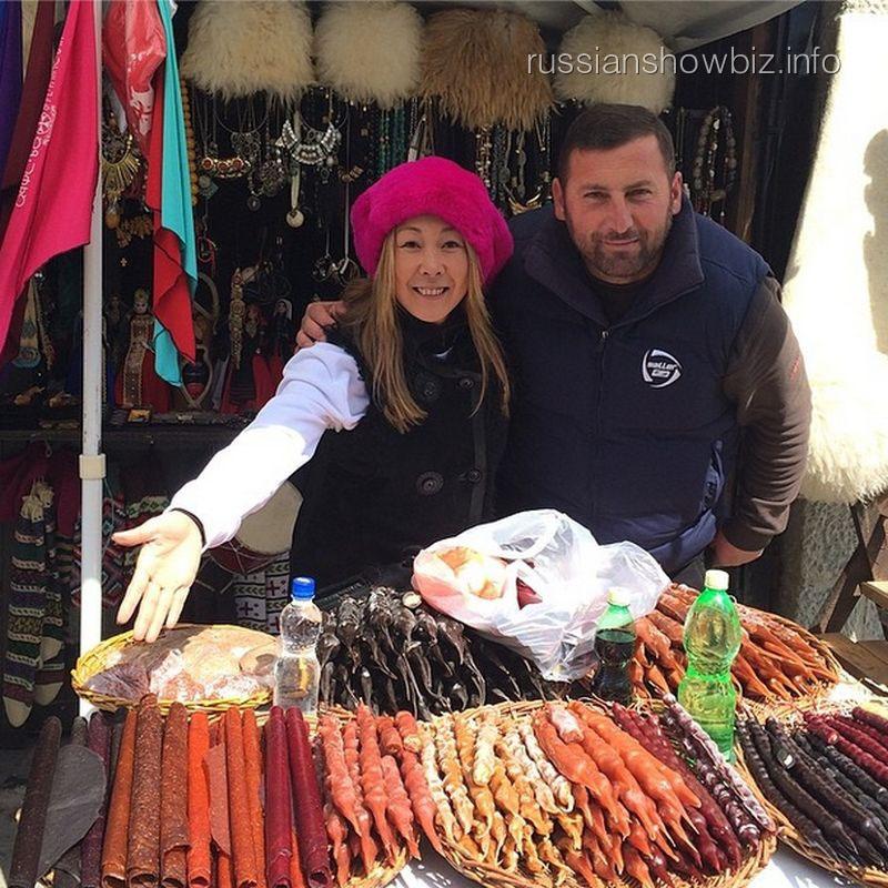 Анита Цой с продавцом на рынке