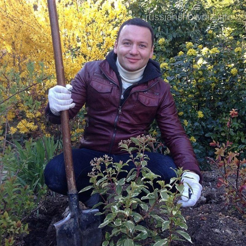 Александр Олешко садит дерево в Крыму