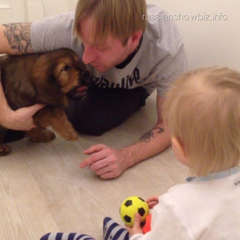 Евгений Плющенко с сыном и щенком