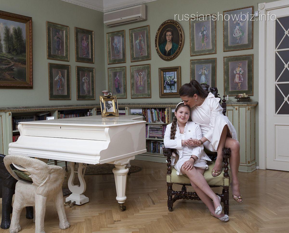 Анастасия Мельникова с дочкой