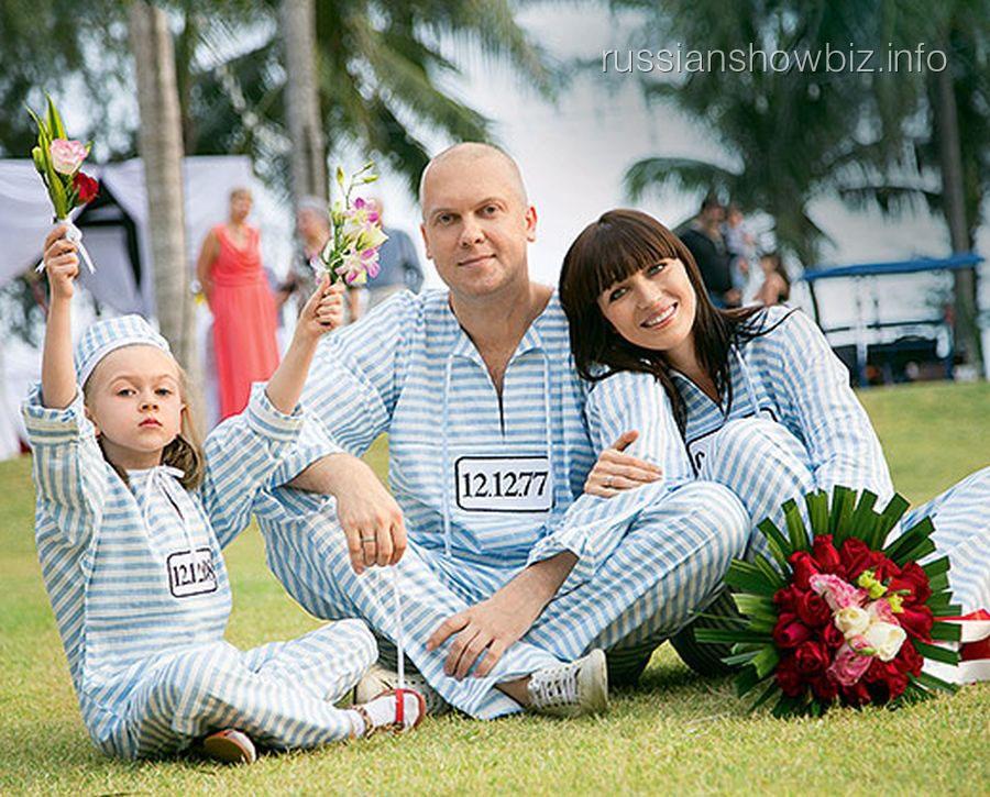 Сергей Светлаков с женой и дочкой (фото - HELLO)