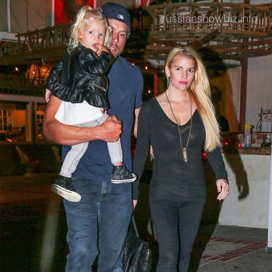 Джессика Симпсон с женихом и дочкой
