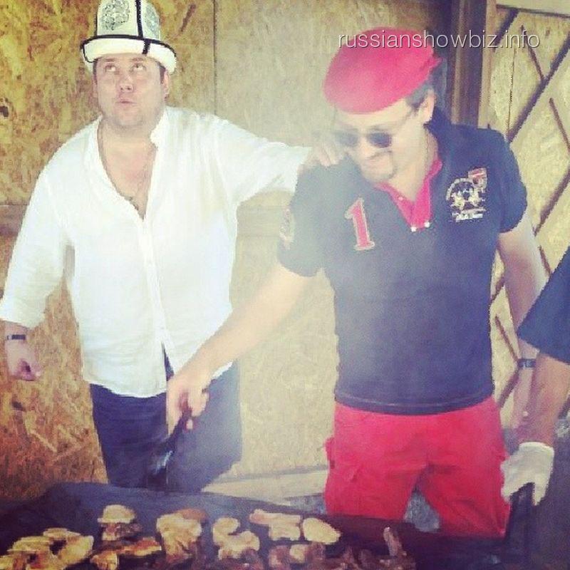 Стас Михайлов жарит мясо