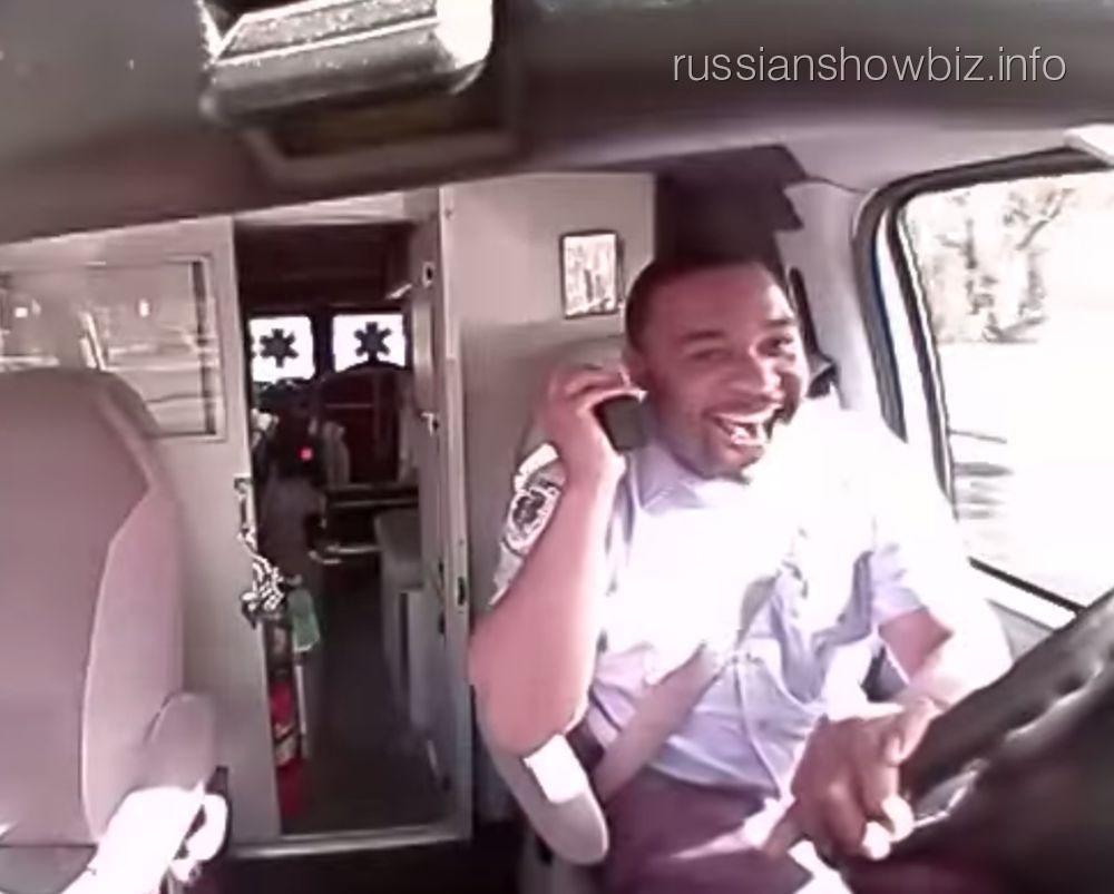 Водитель, поющий песню Рианы