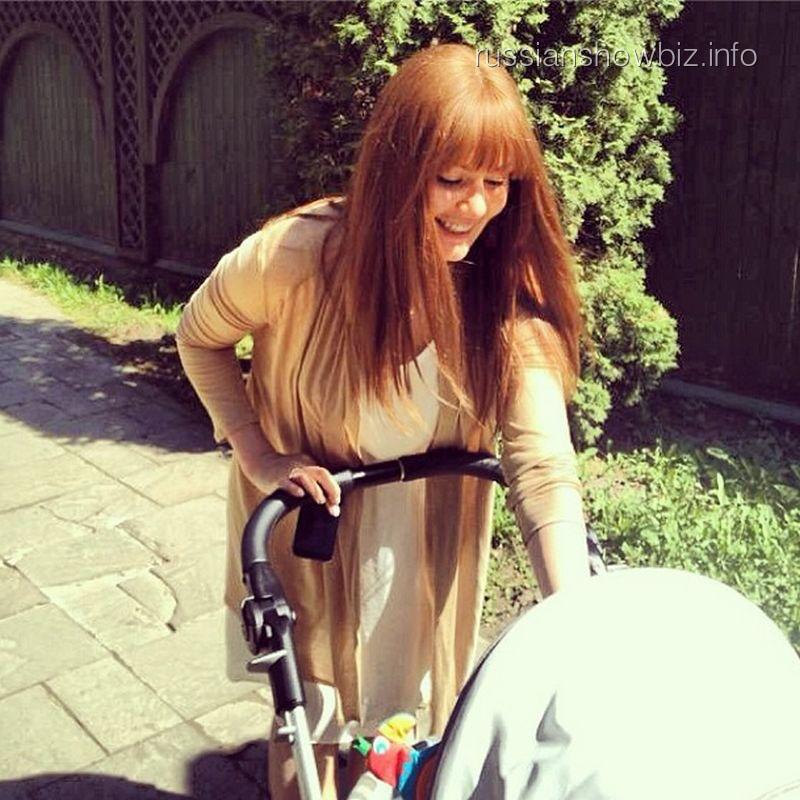 Мария Кожевникова с сыном на прогулке