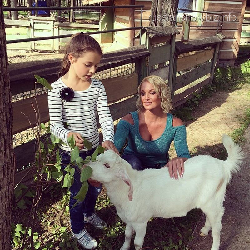 Анастасия Волочкова с дочкой Аришей и козликом Бариком