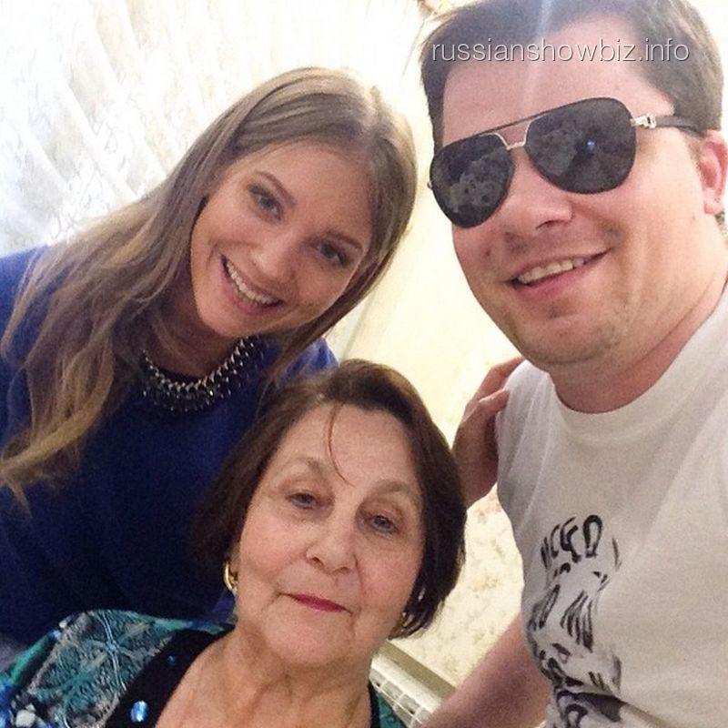 Кристина Асмус и Гарик Харламов с бабушкой