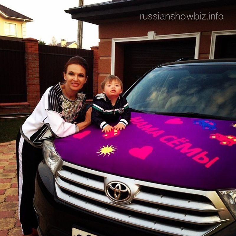 Эвелина Бледанс с сыном возле машины