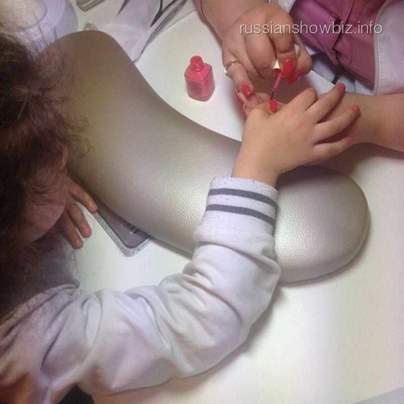 Дочь Анастасии Приходько на маникюре
