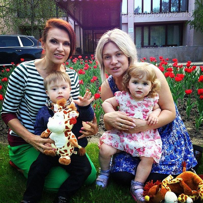 Эвелина Бледанс с сыном и ее подруга со своей дочкой