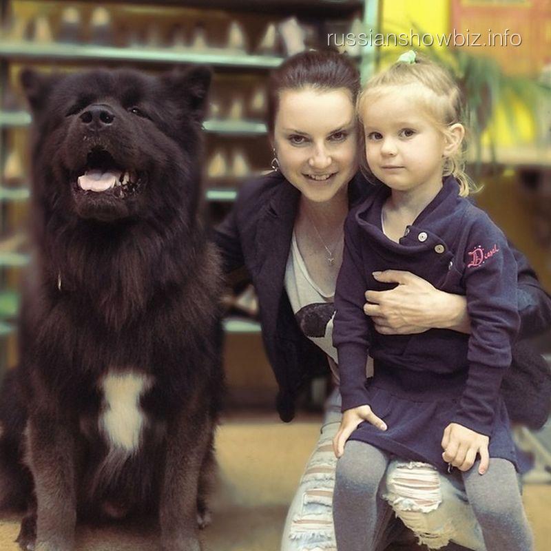 Ирина Слуцкая с дочкой и собакой