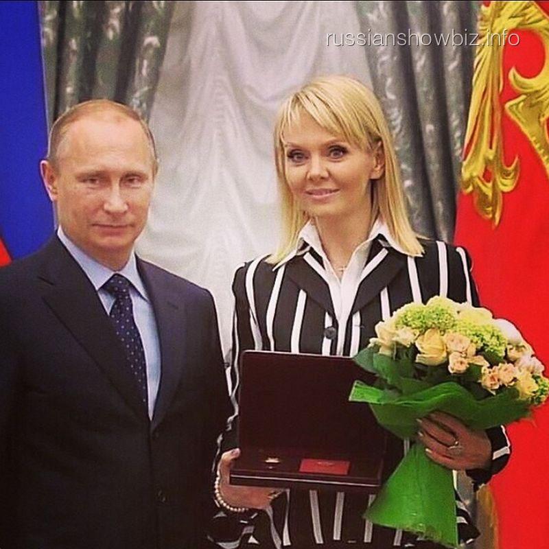 Валерия получает награду из рук Владимира Путина