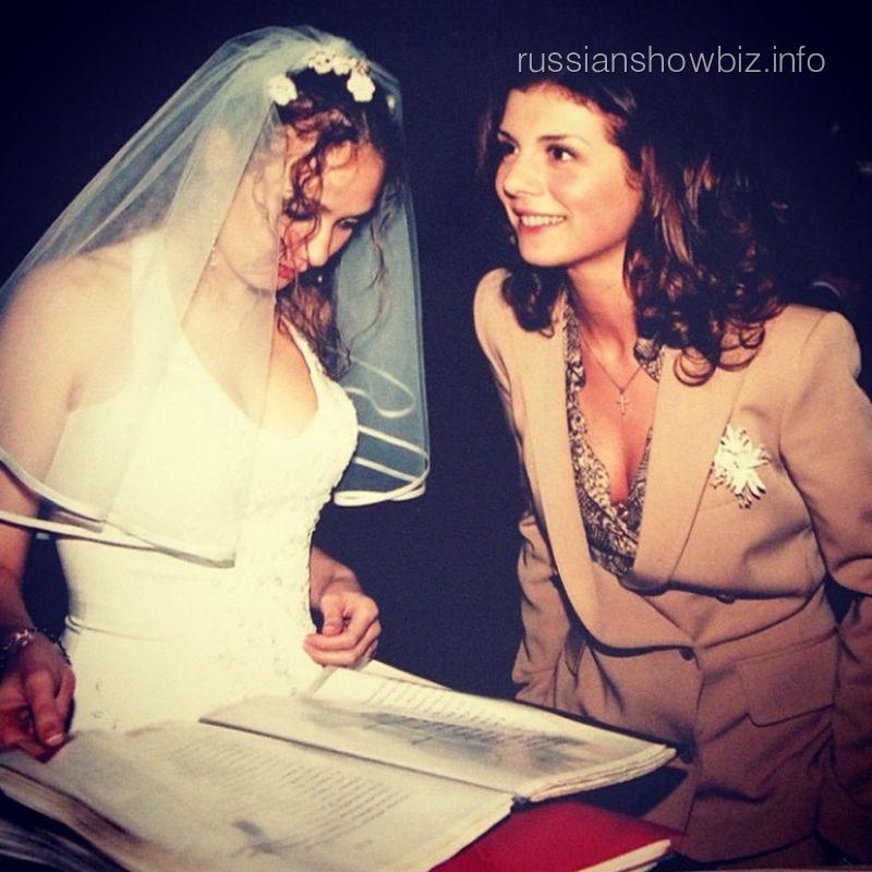 Анна Седокова (справа) 10 лет назад