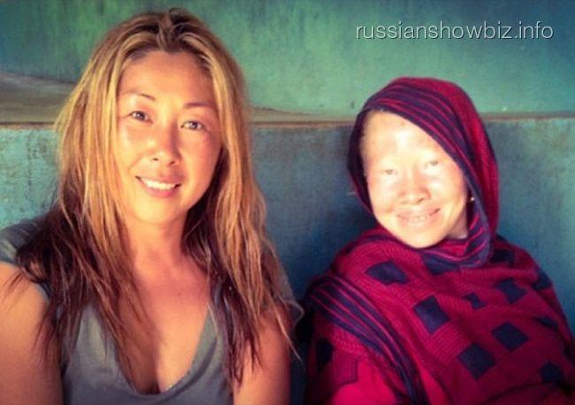 Анита Цой с жительницей острова