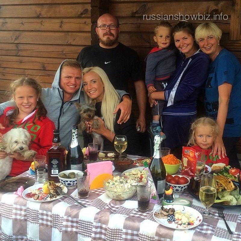 Ольга Бузова с семьей