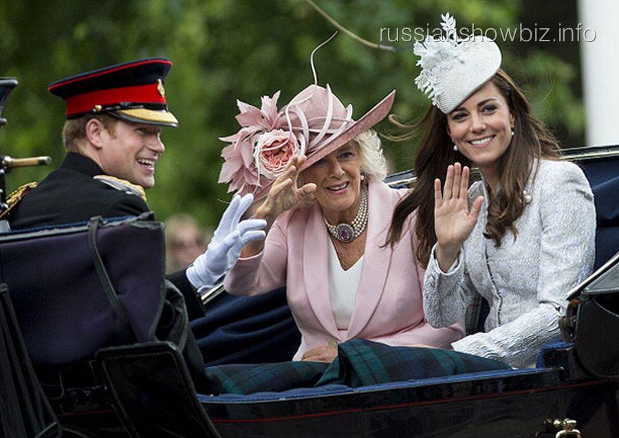 Принц Уильям с женой Кейт и бабушкой Елизаветой II