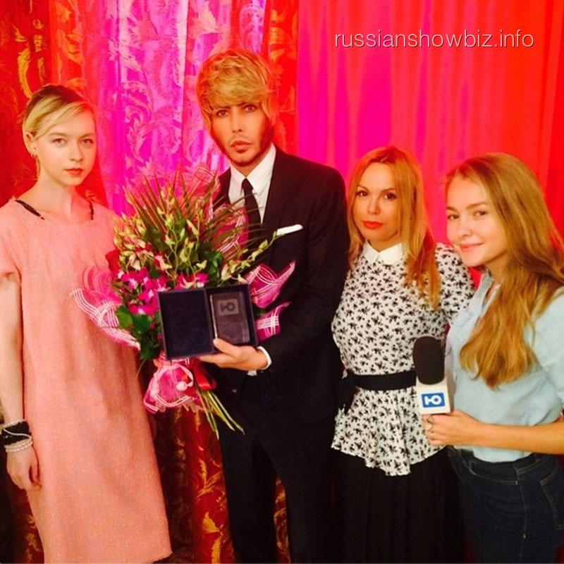 Сергею Звереву вручают награду за благотворительность