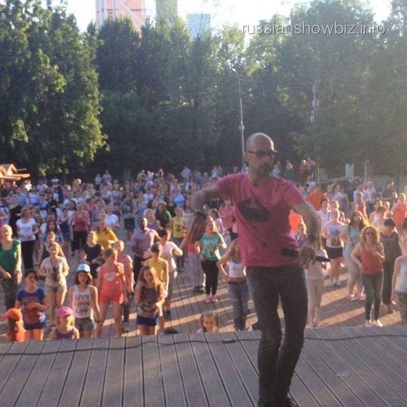 Евгений Папунаишвили дает массовый урок танца
