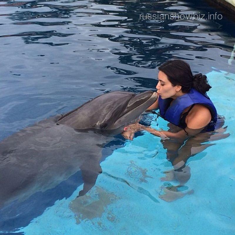 Ким Кардашьян с дельфином