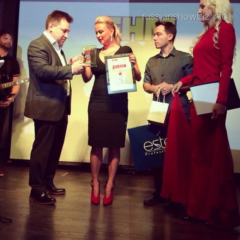 Анне Семенович вручают звание самой сексуальной женщины страны