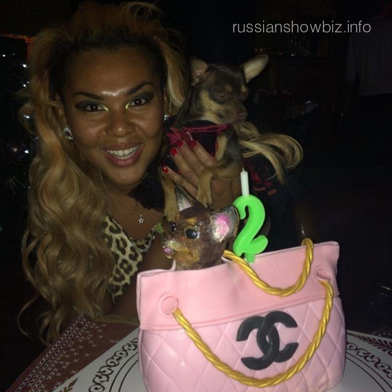 Корнелия Манго с собачкой