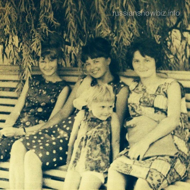 Алена Свиридова в детстве с мамой и тетями