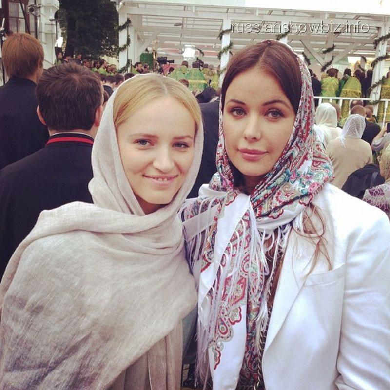 Оксана Федорова с подругой на литургии