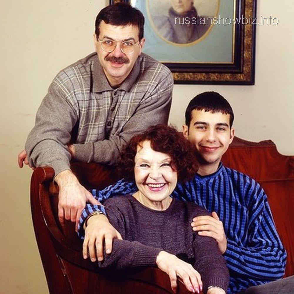 Молодой Иван Ургант с бабушкой