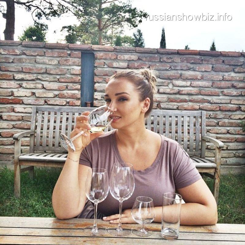 Анфиса Чехова дегустирует вино