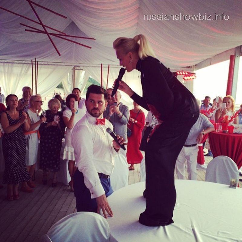 Лайма Вайкуле танцует на столе