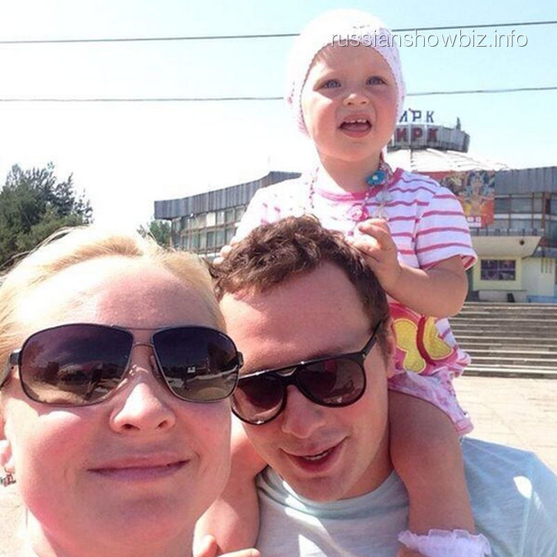 Светлана Пермякова и Максим Скрбяин с дочкой