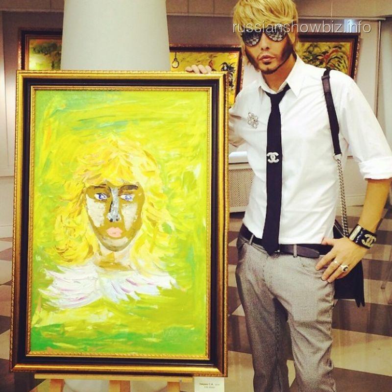 Сергей Зверев рядом со своим портретом