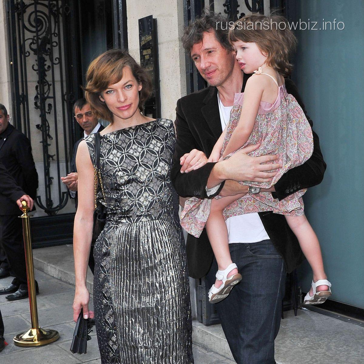 Мила Йовович с мужем и дочерью