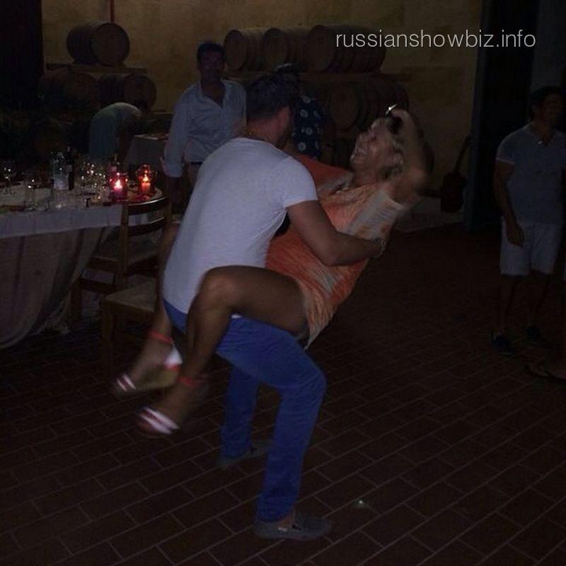 Лариса Копенкина танцует с мужчиной