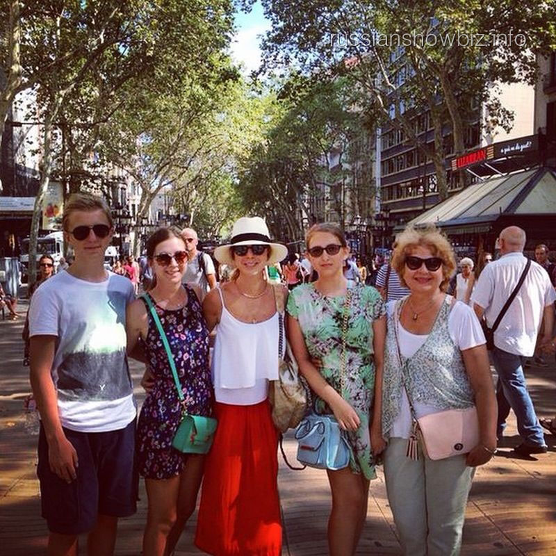 Наталья Подольская с семьей в Барселоне