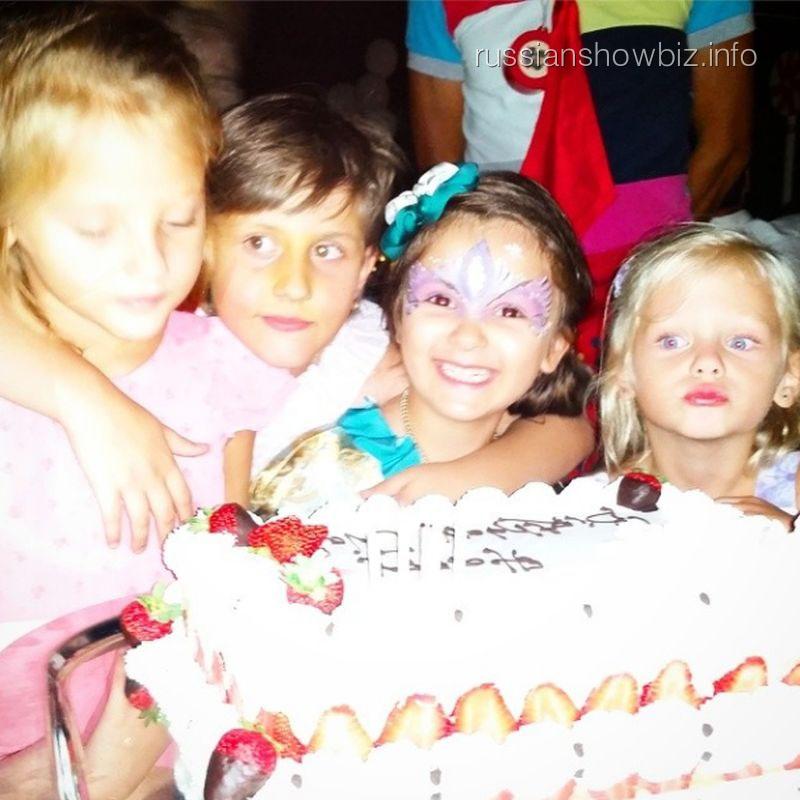 Дочь Стаса Михайлова с друзьями