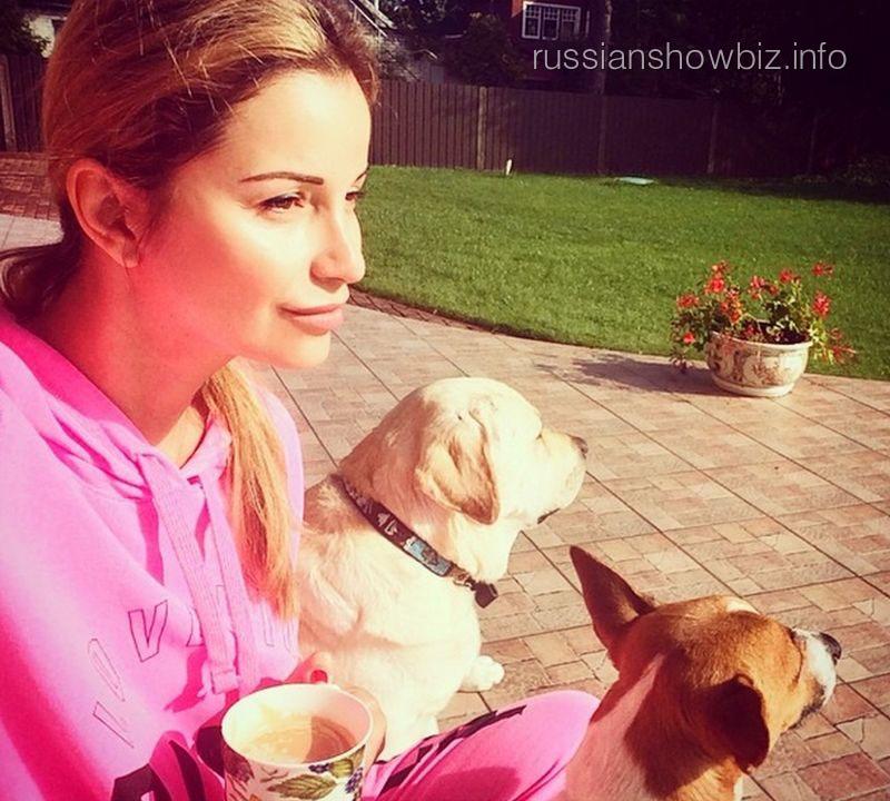 Ольга Орлова с собаками Жанны Фриске