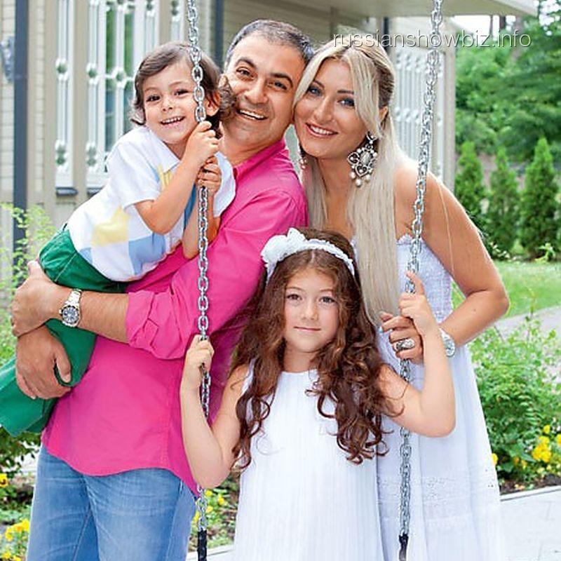 "Гарик Мартиросян с семьей (фото - ""7 дней"")"