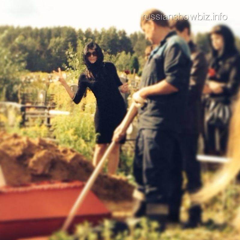 Евгения Крегжде на съемках собственных похорон