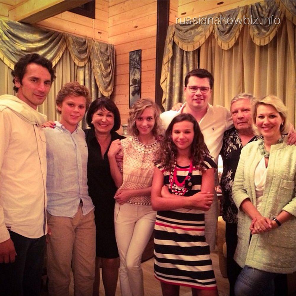 Кристина Асмус с мужем и его родственниками