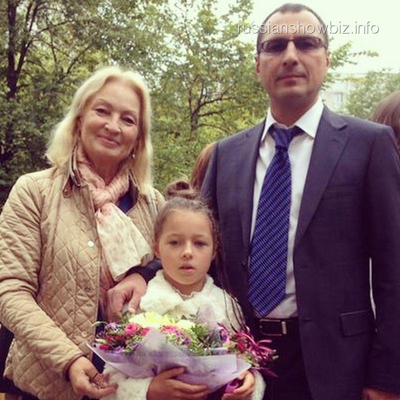Дочь Анастасии Волочковой с бабушкой и папой
