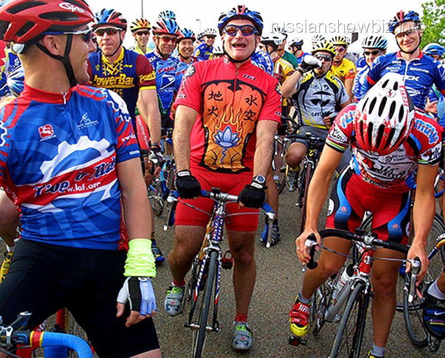 Робин Уильямс на велосипеде